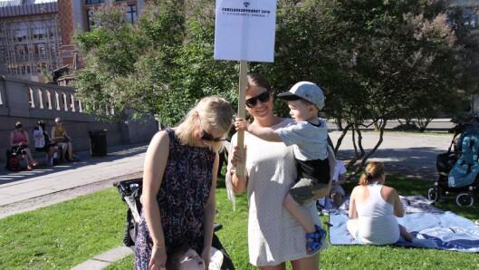 Carine Dahl og Tine Solem var blant foreldrene som hadde møtt opp foran Stortinget for å delta på streikemarkeringen.