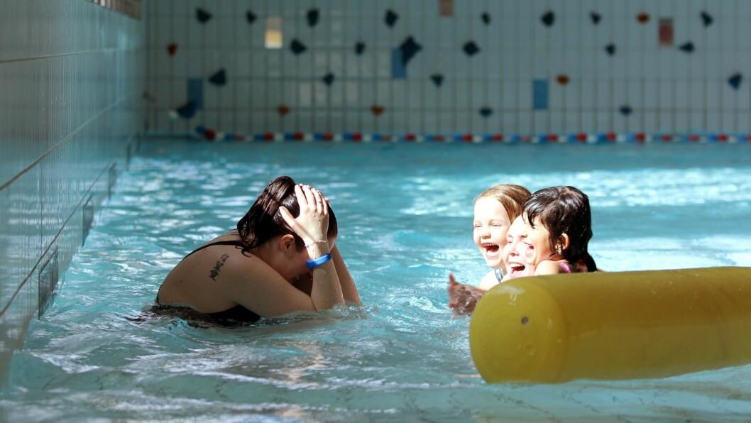 At barna skal ha prøve for å teste ferdighetene, forhindrer ikke at de kan ha det artig i bassenget.