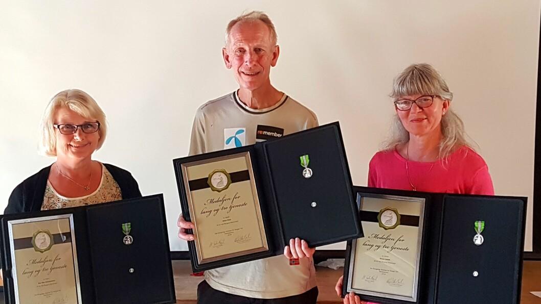 Eva Hop Johannessen, Ottar Foss og Hanne Lunde med de synlige bevisene på at de har hatt lang tjeneste på en og samme arbeidsplass. Foto: privat