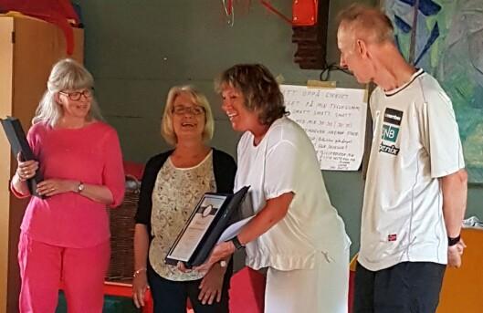 Styrer Bente Borgen var den som tok initiativet til overrekkelsen - og som også delte ut medaljer og diplomer - under fellessamlingen i forrige uke.