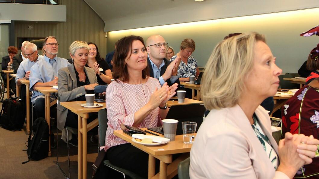 En rekke organisasjoner var på plass for å feire barnehageforlikets første 15 år. Utdanningsforbundets leder Steffen Handal (midten) vektla frykten for overambisiøse førskoleopplegg da han snakket om framtiden. Foto: Øyvind Johansen