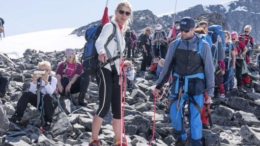 Guide Amund Mundhjell (til høyre) sier at det må legges ekstra til rette for det dersom barn i barnehagealder skal komme seg til topps på Galdhøpiggen..
