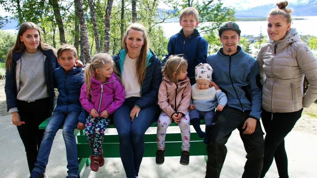 Kine med Mari Øien (17), Elias Øien (11) , Tonje Øien (17), Mille Steffenakk (4), Jakop Steffenakk (6) (stående bak), Ada Kantojärvi (3), Marcus Kantojärvi (23) og Leo Kantojärvi (1).