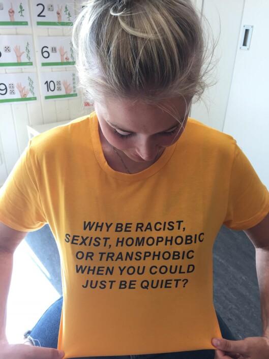 Pedagogisk medarbeider Malen Andersen Simonsen viser med t-skjorten at det er viktig å ta avstand fra all mobbing.