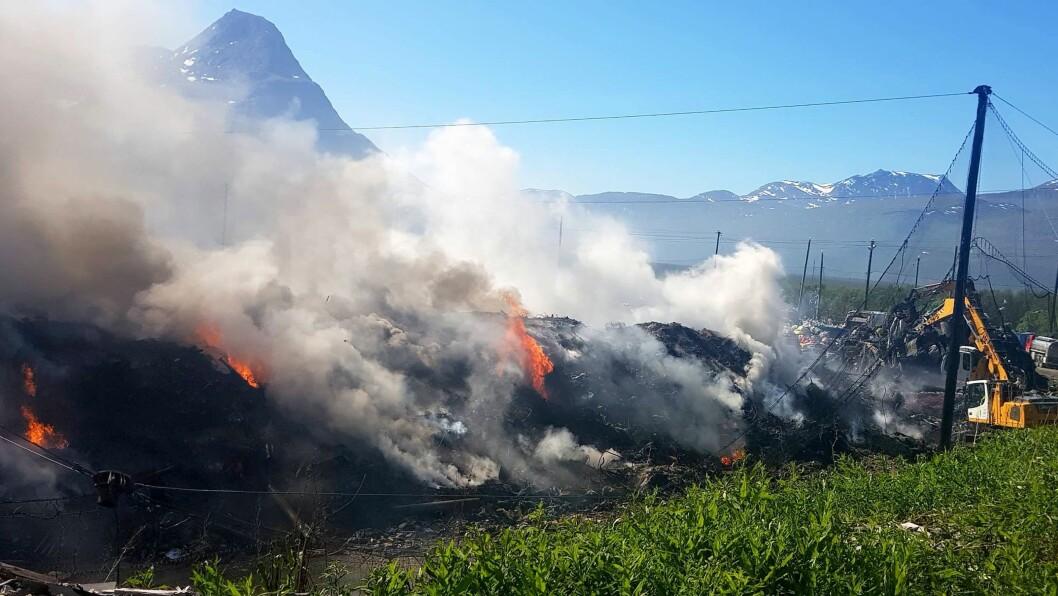 Søndag begynte det å brenne på Galsomelen avfallsanlegg i Nordreisa. Mandag måtte Reisa Montessoribarnehage stenge dørene på grunn av røyk.