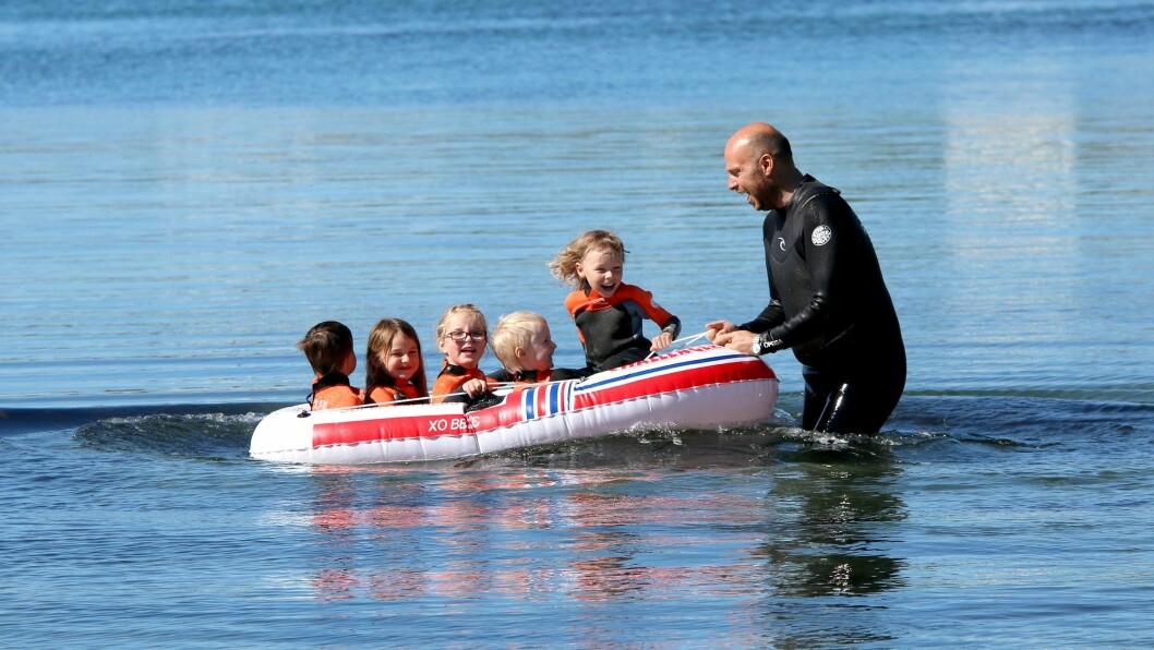 De voksne hadde det minst like morsomt som barna i vannet.