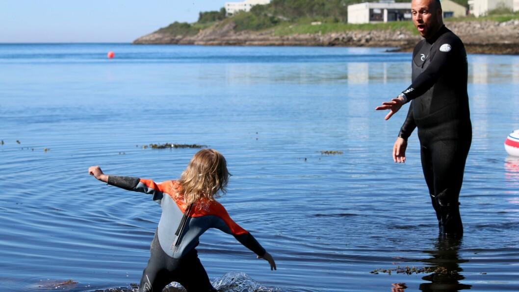 Barna gikk ut i vannet med skrekkblandet fryd - og litt kalde bein.