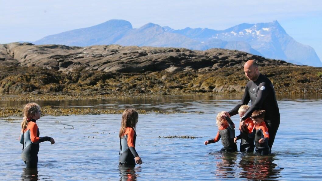 Disse barna skal begynne svømmeopplæringen for fullt til neste år, men fikk lov til å prøve seg i det iskalde vannet. Styrer Jan Magnus Mikalsen planlegger å kjøpe enda flere våtdrakter.