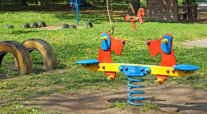Hevder at sommerstengte barnehager bremser utviklingen i distriktene