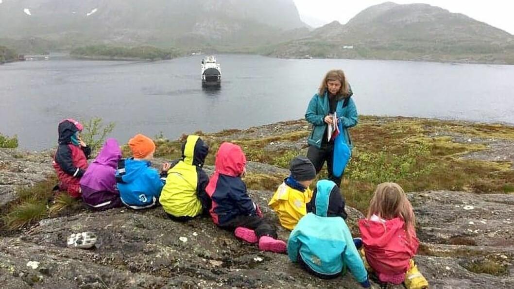 Fra utsiktspunktet over barnehagen kan er det utsikt mot flere av fjellene i eventyret fra Helgeland. Det har barnehagen oversatt til tysk og engelsk, og gjort tilgjengelig for de besøkende.