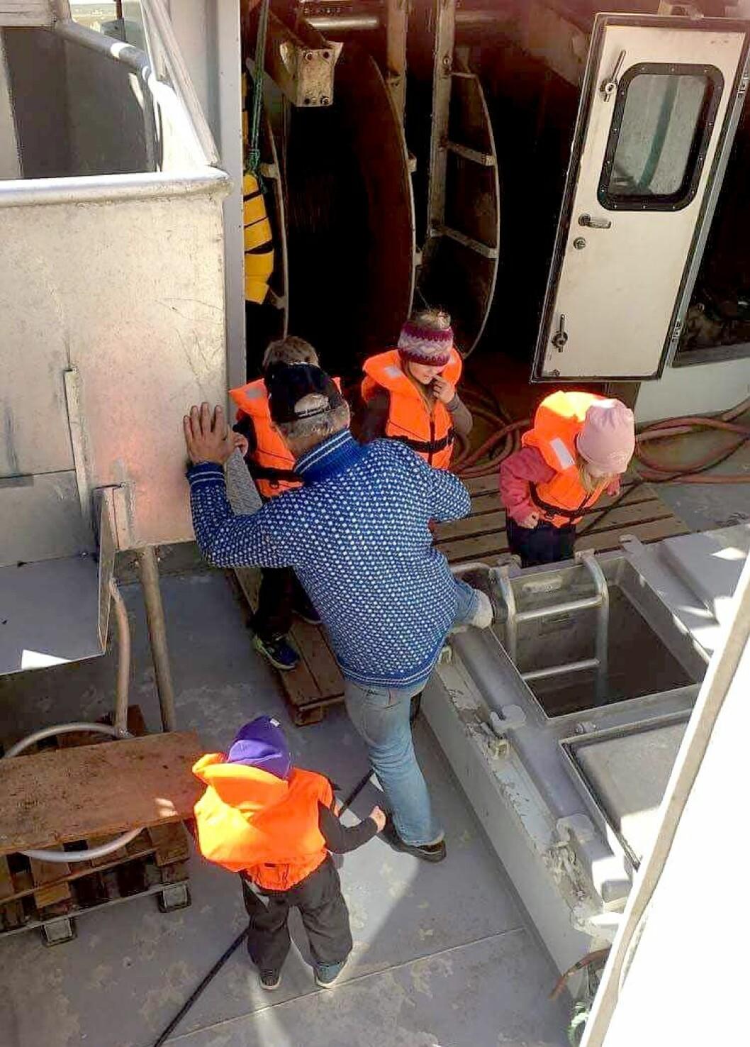 Barna i Jektvik barnehage fikk blant annet komme ombord i reketråleren. Det var stor stas.