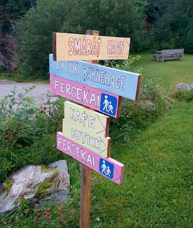 Disse skiltene skal vise turistene vei i Jektvik.