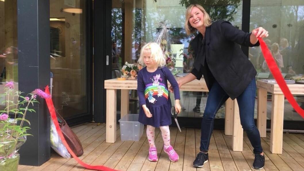 Byråd for oppvekst og kunnskap, Inga Marte Thorkildsen (SV), fikk æren av å klippe snoren og erklære Nordtvet gård barnehage for åpnet. Barnehagen åpner dørene for barn og ansatte 27. august.
