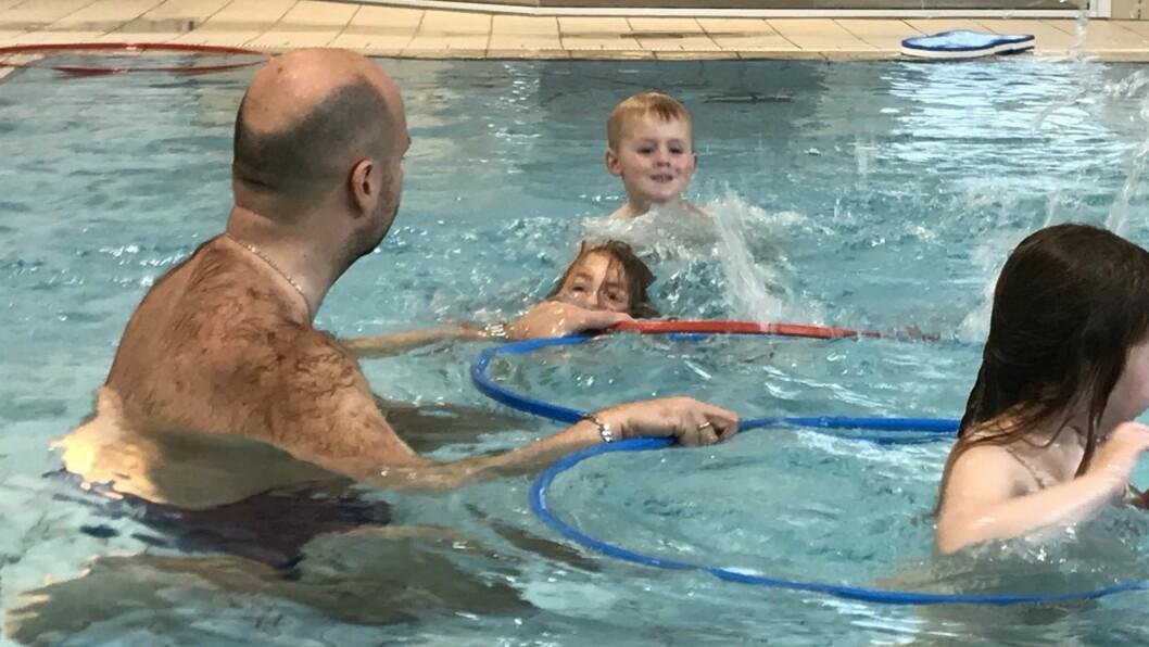 Daglig leder Jan Magnus Mikalsen i Norlandia Paradiset barnehage bruker av sin styrertid på å ta med de eldste barna på svømmeopplæring. Bildet er fra i fjor høst. Foto: Øyvind Johansen