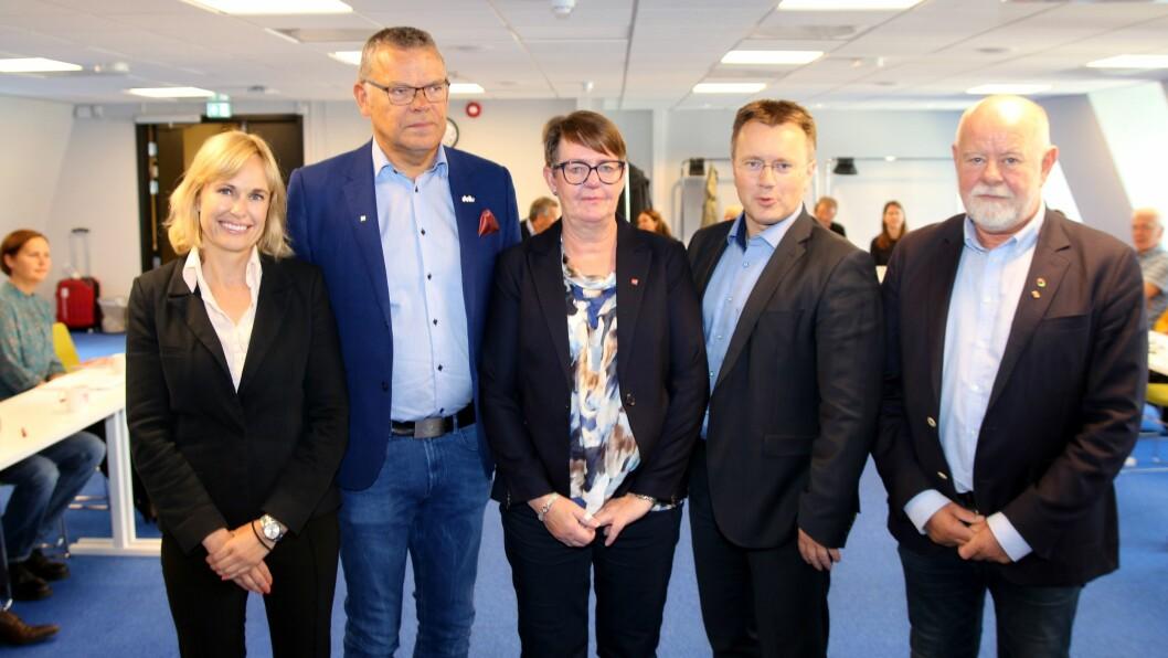 Administrerende direktør Anne Lindboe (til venstre) i PBL møtte blant andre Trond Ellefsen fra Delta, Anne Green Nilsen fra Fagforbundet, Espen Rokkan fra PBL og Terje Skyvulstad i Utdanningsforbundet i forhandlingene om ny tariffavtale. Bildet ble tatt da forhandlingene startet.