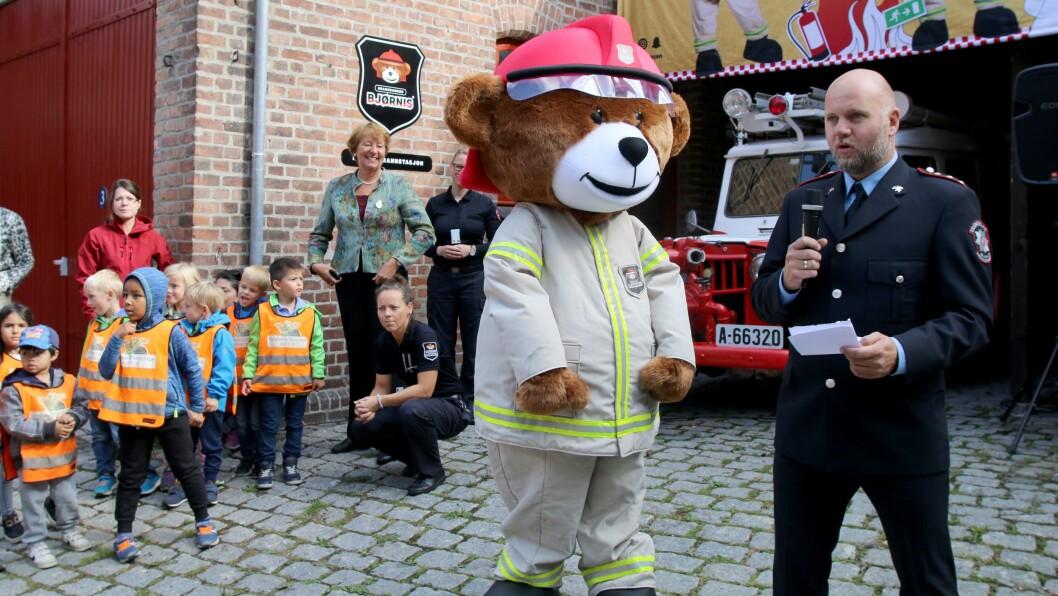Rikard Heimen fra TBRT og brannbjørnen Bjørnis var til stede for å åpne Barnas Brannstasjon sammen med blant andre ordfører i Oslo Marianne Borgen, prosjektleder June Persdatter Bjørkli og barn fra Radarveien barnehage.