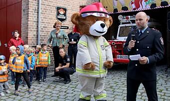 Barnehagebarna og brannbjørnen Bjørnis har fått sin egen brannstasjon
