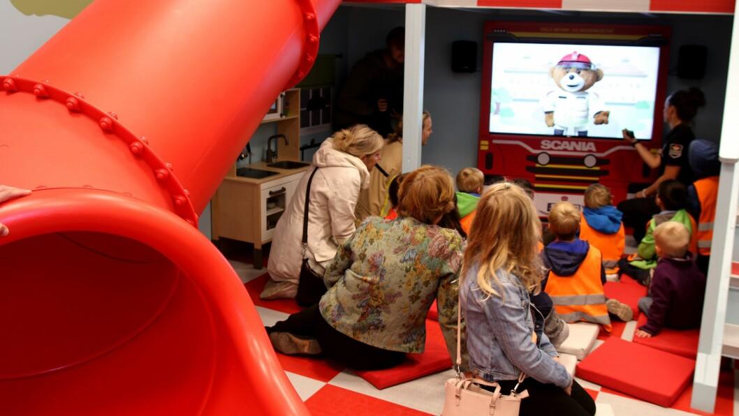 Inne i Barnas brannstasjon er det plass til både lek og litt alvor, når Bjørnis forteller om brannsikkerhet.