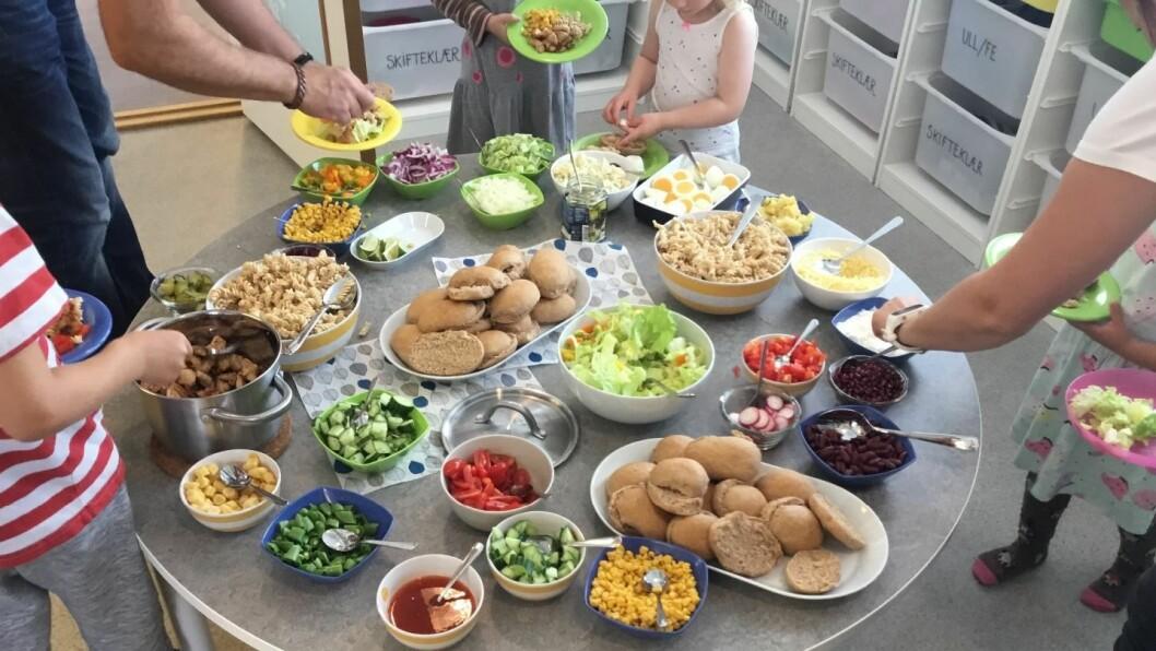 Med jevne mellomrom arrangerer Akrobaten barnehage felles buffet for alle avdelingene sine.