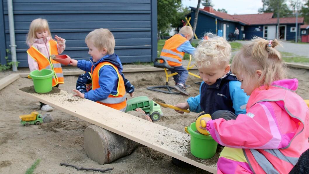De minste barna bruker planken som vektstang, og finner ut hvor mye sand som må til for å få planken ned på sin side.