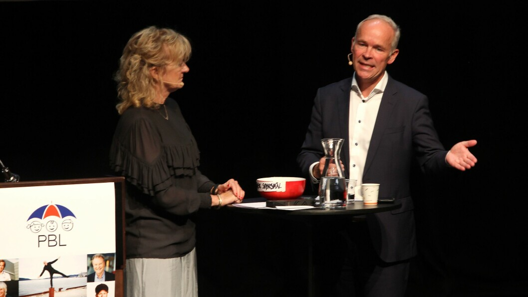 Kunnskaps- og integreringsminister Jan Tore Sanner (H) ble intervjuet av konferansier Trude Teige, basert på spørsmålene fra deltakerne under PBLs lederkonferanse. Foto: PBL