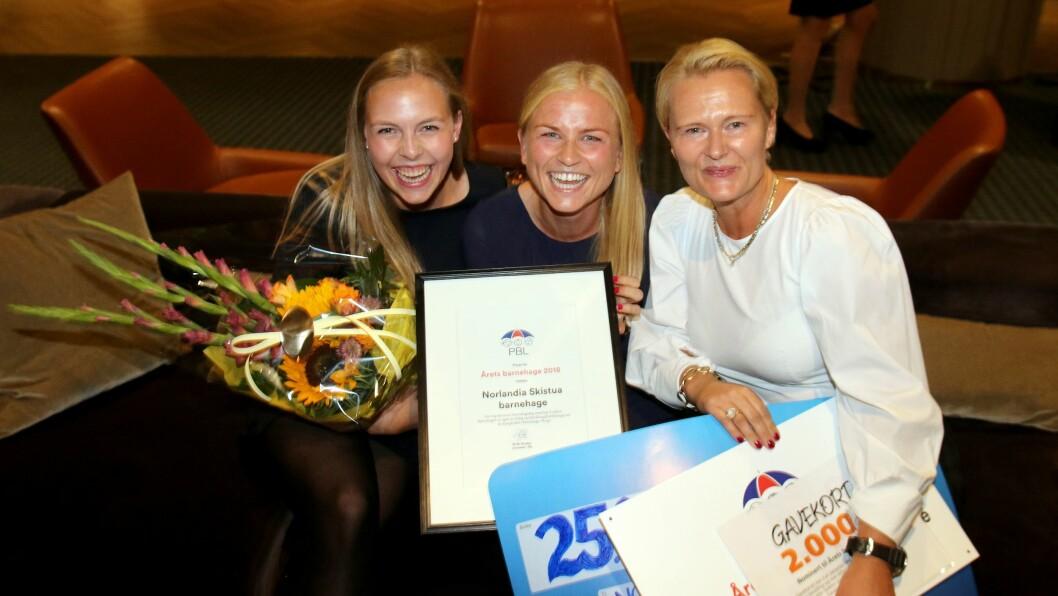 Fra venstre de pedagogiske lederne Seline Risan Sævre og Mette Drivdal, og daglig leder Annette Strand, var henrykte og rørte etter at Norlandia Skistua barnehage ble utnevnt til Årets barnehage 2018.