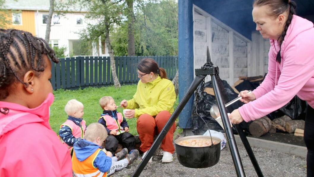 Sølvi Dahl (til høyre) har fått gode hjelp fra barna til å tilberede dagens lunsj.