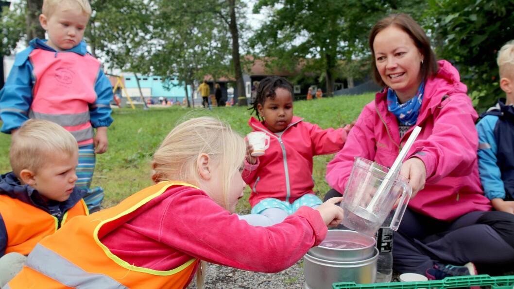 Pedagogisk leder Anita Evjen Pettersen sier de ansatte er blitt flinke til å bruke innholdet i rammeplanen når aktiviteter utendørs skal planlegges og gjennomføres.