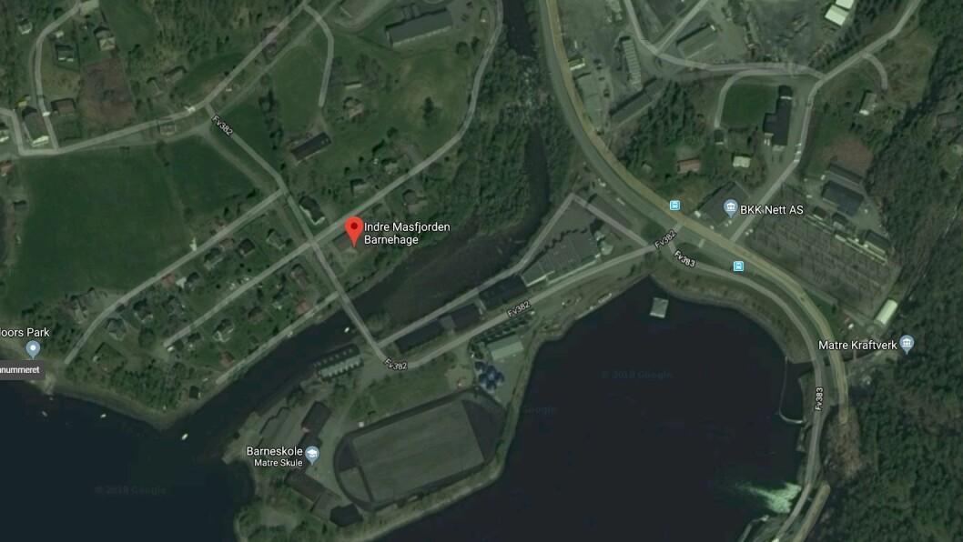 Indre Masfjorden barnehage ligger like ved Matreelva, der kranen står i forbindelse med arbeid på ei bru. Foto: Googlemaps