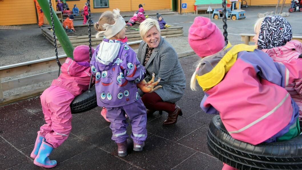 Finansminister Siv Jensen (Frp) møtte nysgjerrige barn på besøk i Norlandia Breivika barnehage i Bodø.