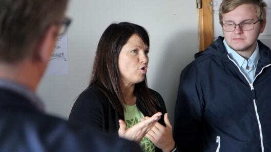 Styrer Kristin Rørnes i Norlandia Breivika barnehage ga finansministeren og de andre gjestene en kort beskrivelse av hvordan barnehagen jobber.