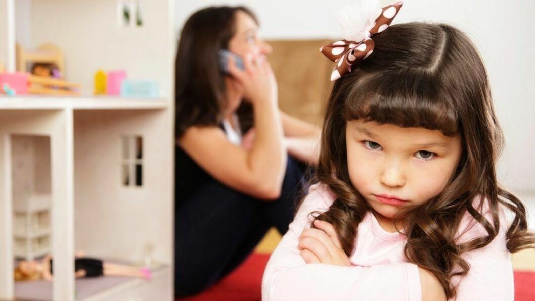 «Hvor til stede er du når du er sammen med barnet ditt?» spør Trine Hofseth. Illustrasjonsfoto: Getty Images