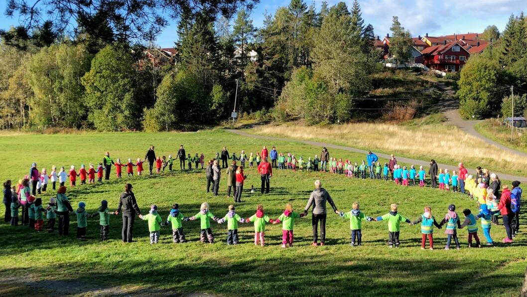 På starten av dagen møtes alle barn og voksne i en ring for å ønske hver enkelt barnehage velkommen.