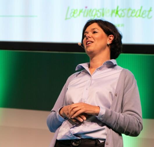 Eier Randi Sundby på scenen under Læringsverkstedets årskonferanse.