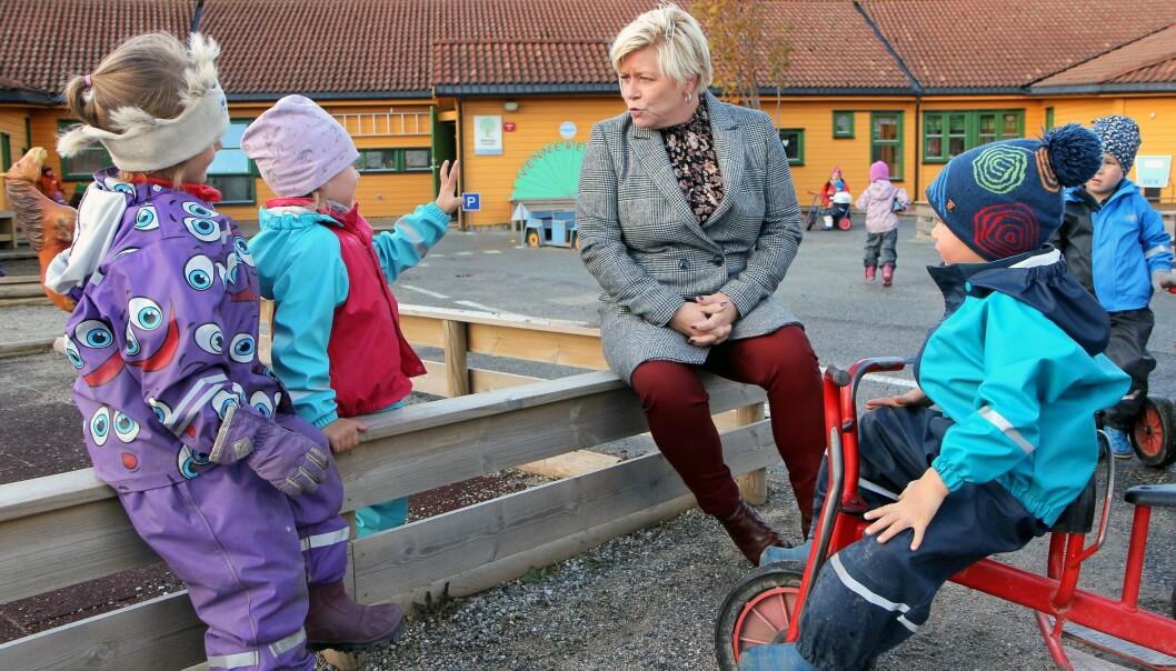 Siv Jensen (Frp) er en av forslagsstillerne. Bildet ble tatt i forbindelse med et barnehagebesøk da Siv Jensen var finansminister.