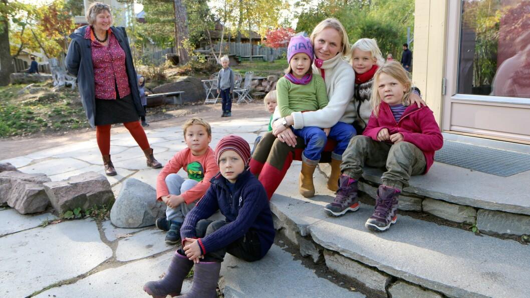 Førsteklassepedagog Gry Skjøttelvik ved Steinerskolen i Hurum har ansvar for seksåringene, som er en del av Askeladden Steinerbarnehage der Astrid Sund (bak) er daglig leder.