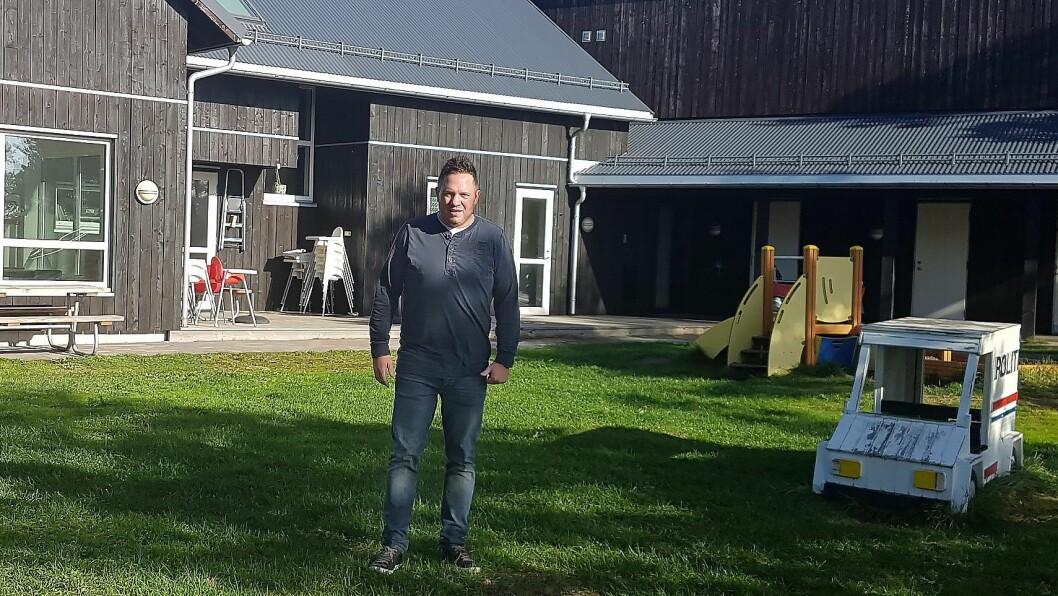 Styrer Raymond W. Tiochta i Huser Gårdsbarnehage er opptatt av å gi familiene litt ekstra. Han mener det ikke går ut over det pedagogiske tilbudet og nærværet med barna. Foto: Huser Gårdsbarnehage