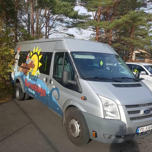 Minibussen til barnehagen brukes både til å ta barna med ut på turer - og til å transportere barn til og fra hjemmet.
