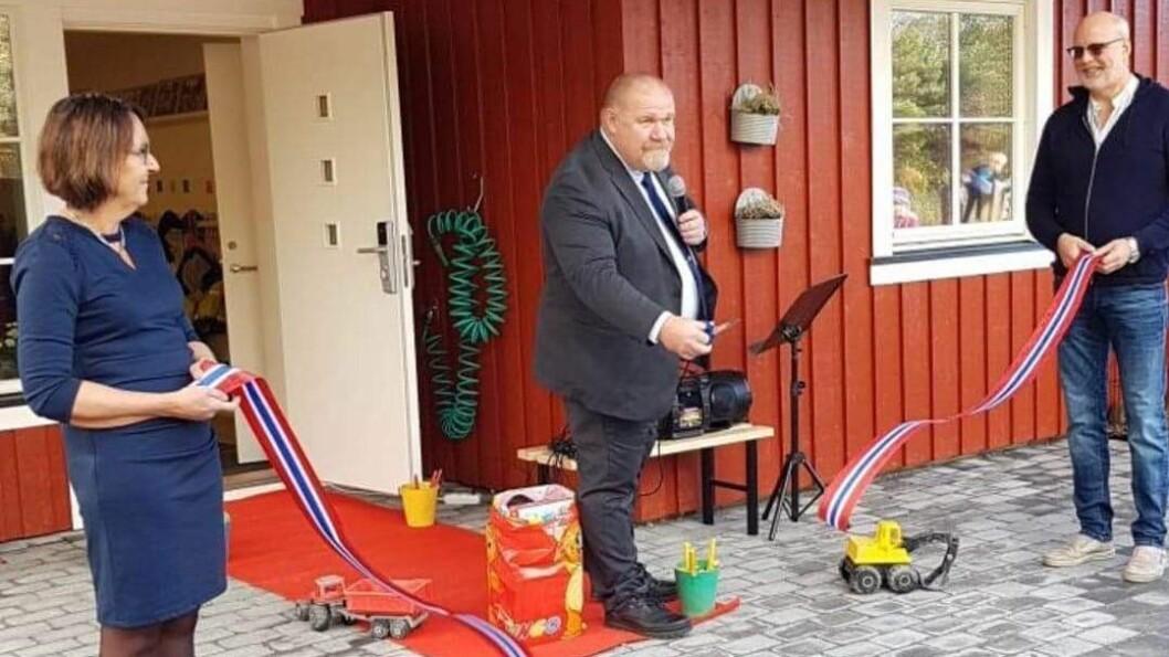 Varaordfører Rune Arstein i Nærøy kommune fikk æren av klippe snoren og erklære det nye barnehagebygget for offisielt åpnet.