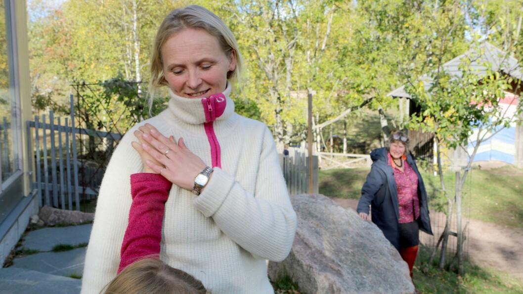 Førsteklassepedagog Gry Skjøttelvik ved Steinerskolen i Hurum følger seksåringene tett, både når de er alene som gruppe og sammen med de andre.