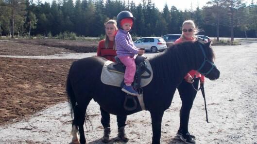 – Det er god motorisk trening å ri på hest, det styrker balansen, sier styrer Ingvill Grande.