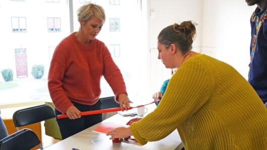 Daglig leder Linda D. Fraurud (venstre) og kollegene er på fargejakt etter røde gjenstander.