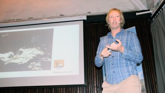 Fagrådgiver Per-Erik Schulze i Naturvernforbundet på scenen under lanseringen av veiledningsheftet.