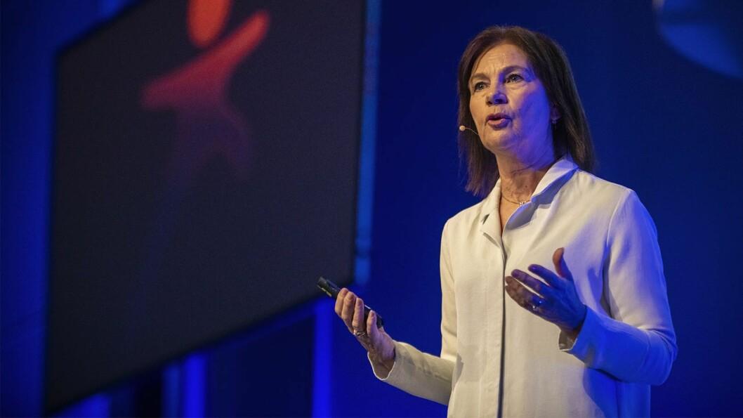 May Britt Drugli på scenen under storsamlingen på Gardermoen for alle ansatte i Kanvas. Tema for samlingen var «Sammen om lek».