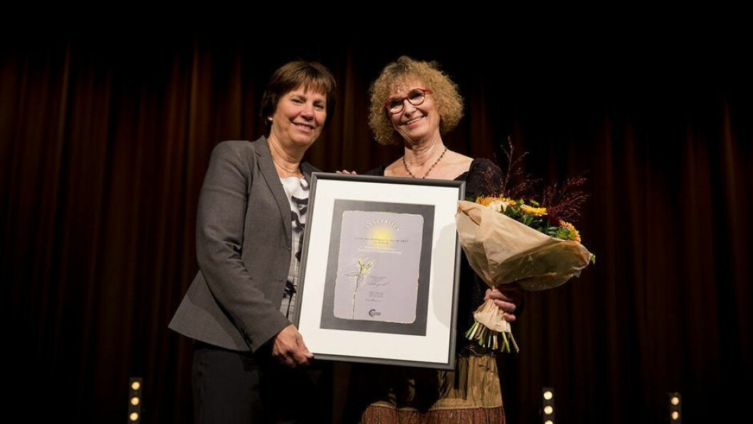 Professor Eva Johansson (t.h) mottok prisen av konserndirektør Grethe Høiland i Lyse. Foto: Mari Løvås, UiS