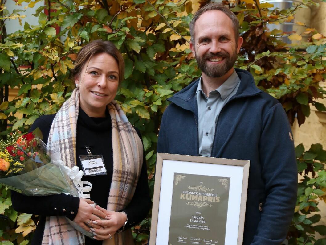 Daglig leder Annemarte Meland Bekkevold og assisterende daglig leder Stig Andre Kragnes mottok Klimaprisen på vegne av Brattås barnehage As. Foto: Utdanningsforbundet