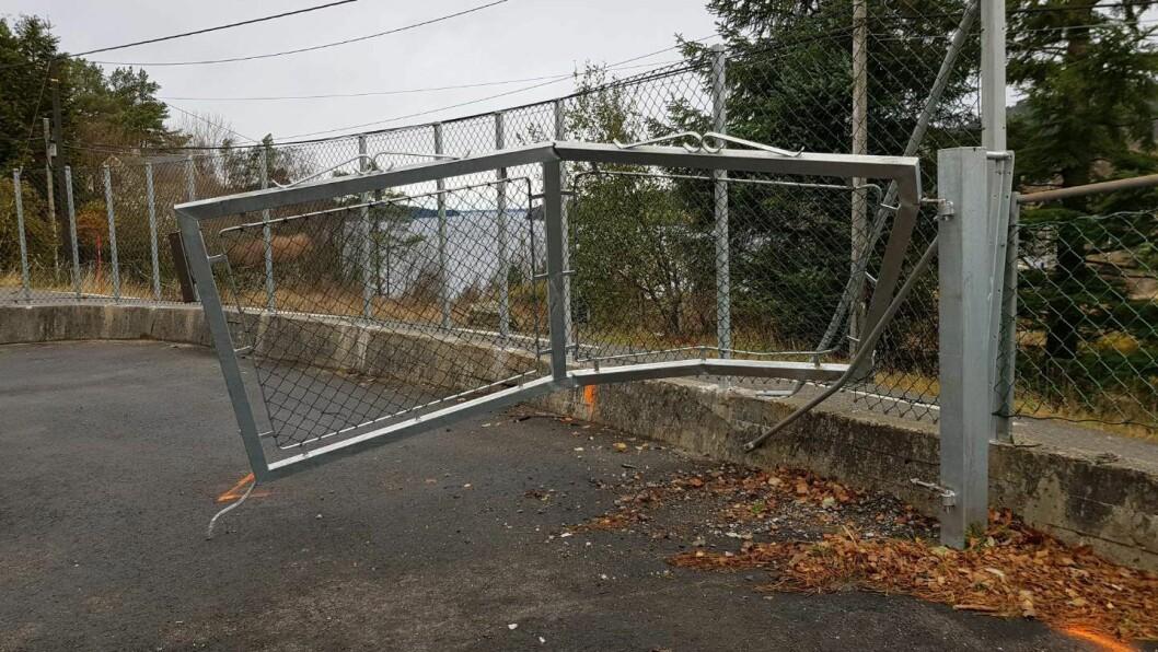 Porten fikk hard medfart av den førerløse bilen. Gutten var innenfor porten da han ble truffet. Foto: Seim barnehage