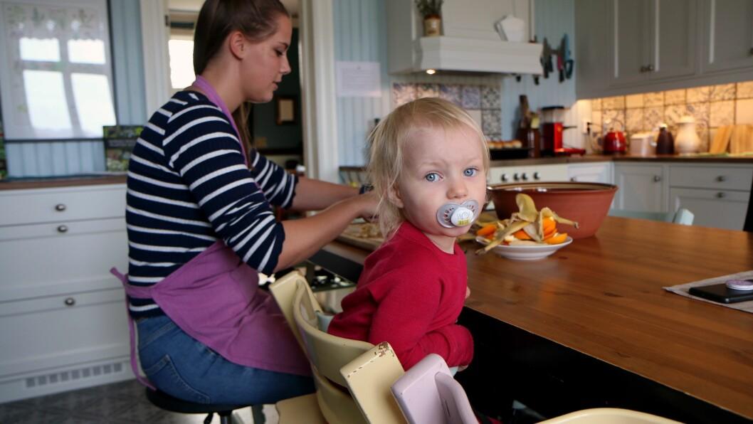 Kjøkkenet er det viktigste rommet i Marihøna musikk- og friluftsbarnehage, og barna er med på å tilberede alle måltidene.