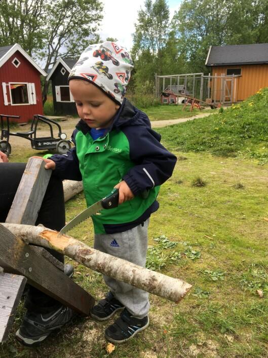 Barna i Skonseng naturbarnehage får tidlig erfaring med å bruke skarpe redskaper.