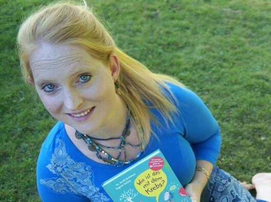 Sarah Roxana Herlofsen, her med den tyske utgaven av boka.